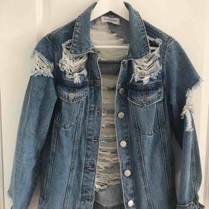 Sliten, supercool jeansjacka från märket Glamorous. Nypris, vet inte exakt men runt 900kr. Endast använd ett fåtal gånger, därav inga förslitningsskador. Är inprincip som ny.