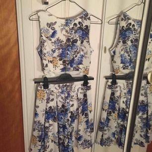 """Ett blå blommigt set från Clara Henrys kollektion """"Clara H"""" med topp och kjol. Toppen är strl. xs och kjolen strl. s.  Köp båda för 300 kr eller ena delen för 150kr. Har köpt det själv från Clara H:s kollektion för 300kr styck."""
