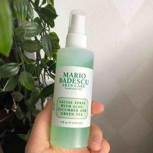 Mario Badescu facial spray, använd max 3 gånger. Säljer p.g.a att den inte passade min hy. Läs andra bilden för ingredienser osv. Kan användas efter 24 månader efter den har öppnats och öppnade den förra veckan. Skriv privat för frågor ☺️💞 60kr + frakt.