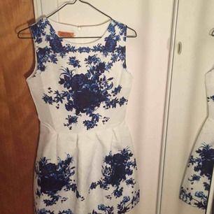 Superfin klänning med blommigt tyg och bakgrund med strucktur. Köpt med wish, dragkedja baktill och går lite över knäna