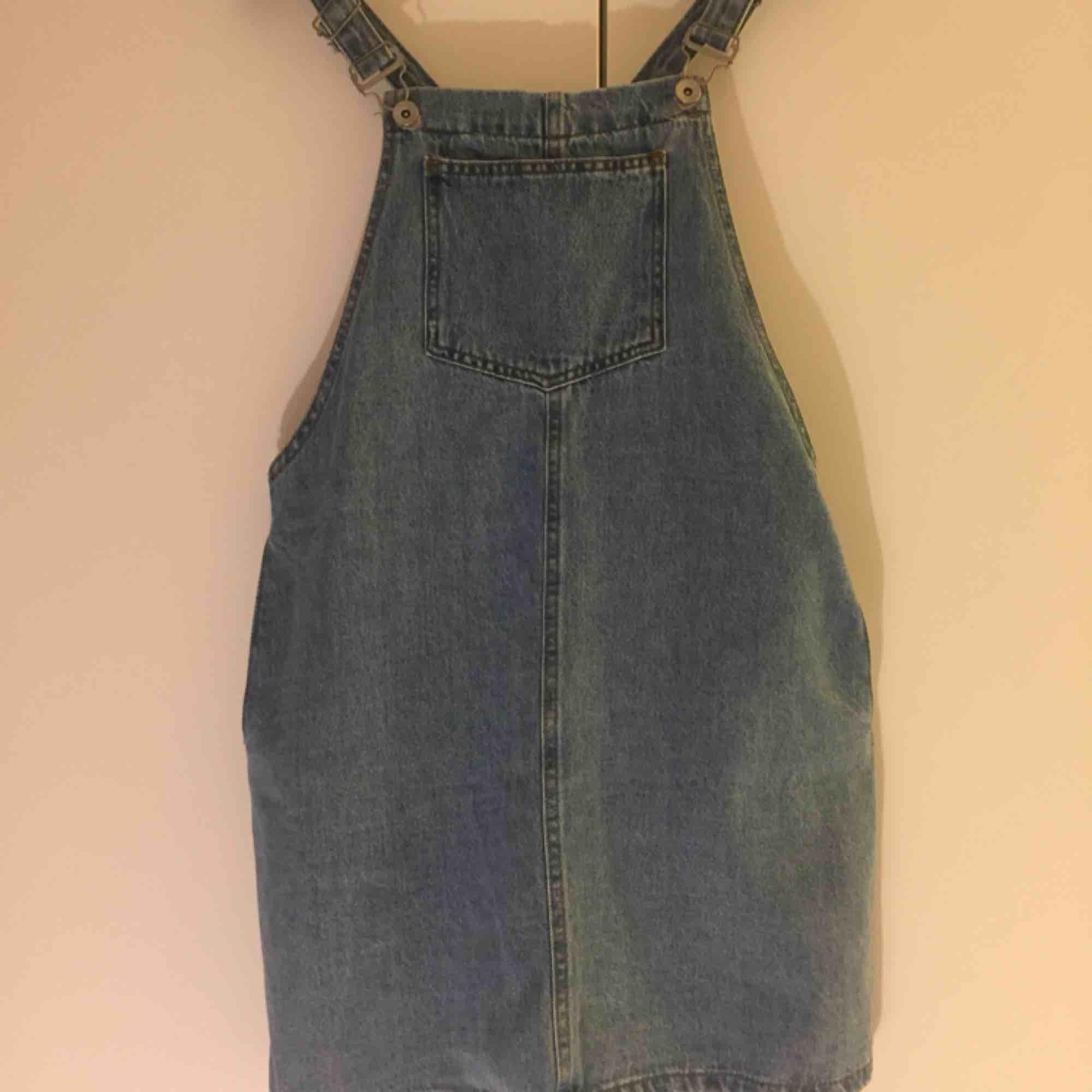 Klänning i jeans med hängslen och fickor! ✨ Från New Look Petit strl uk10/eu38 men då den är petitcollection är den tyvärr i kortaste laget för mig som har 36/38. Bara använd en gång. 📬 Frakt: 63 kr. Klänningar.