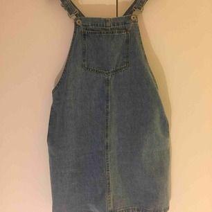 Klänning i jeans med hängslen och fickor! ✨ Från New Look Petit strl uk10/eu38 men då den är petitcollection är den tyvärr i kortaste laget för mig som har 36/38. Bara använd en gång. 📬 Frakt: 63 kr