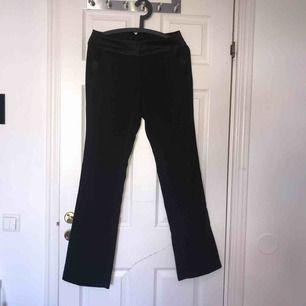 Ett par jätte snygga svarta kostymbyxor med utsvängda ben i storlek 36. Använda ca 3 gånger men i väl skick. Kan mötas upp i Uppsala eller så står köparen för frakten:)