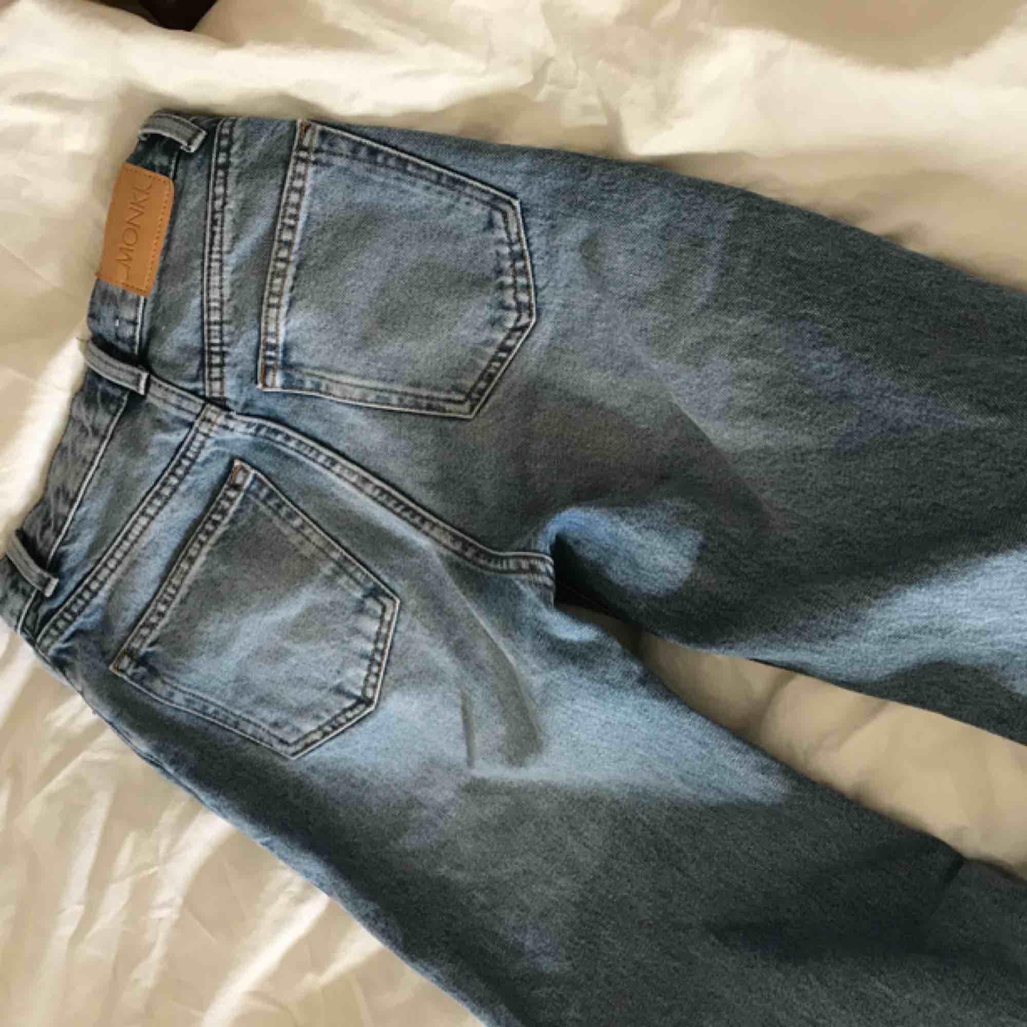 Snygga ljusblåa jeans från monki, säljer pågrund av fel storlek . Jeans & Byxor.