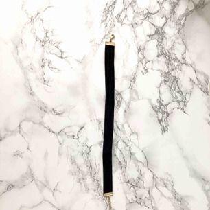 En svart chocker med guld detaljer från H&M. Frakt förekommer. (Kan mötas upp)