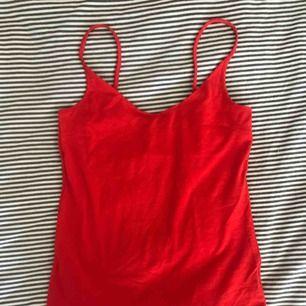 Rött superskönt linne från Lager157, aldrig använd. Nypris, vet inte exakt men runt 40 spänn kanske. Priset kan diskuteras.
