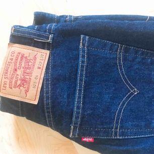 Levi 525 jeans i bootcut stil, stolek W29 L32 men skulle säga att de är små i storleken. Fint sick, säljs då de Har blivit för små för mig.   Skriv gärna om ni har frågor, diskutera priset eller vill ha mer bilder😊