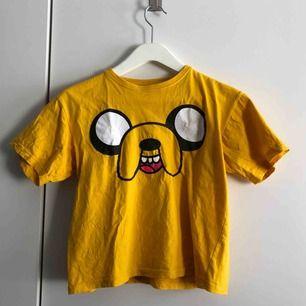 Säljer denna tröja, köpt i Spanien med hunden Jake från Adventure time på. Passar mig som har storlek S
