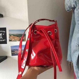 Röd lackväska från Monki!!! 🤠🔥