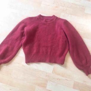 Fluffig rosa cropped tröja, inköpt i Sydkorea från märket Chuu. ONESIZE men skulle säga att den passar XS-M  Skriv gärna om ni har frågor, diskutera priset eller vill ha mer bilder
