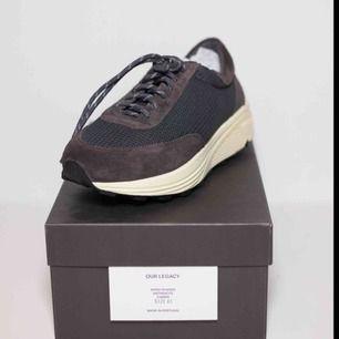 Säljer ett par Our Legacy Mono Runners i Anthracite färgen! Nypris: 3500kr  Size: EU 40 (sitter 41-42) Cond: 10/10 (aldrig använda)