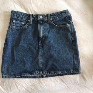"""Jättesnygg kjol från Weekday. Knappt använd. Liiite """"distressed"""" (se bilder). Frakt inkluderad. Nypris: 500 kr"""