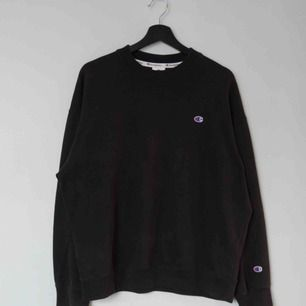 Säljer en svart Champion x Weekday tröja av modellen Feel Crewneck Sweatshirt!  Size: Small (oversized, passar medium) Cond: 8,5/10 (inga tydliga tecken på användning)