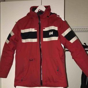 Säljer en helly Hansen jacka. Str 164. Bra skick. Endast reflexen på högerarmen som trillat bort lite🌸