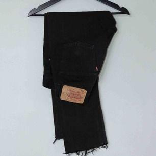 Säljer ett par avklippta svarta Levi's 501!  Size: W30 L32 (passar W29 L28) Cond: 7/10 (faded)