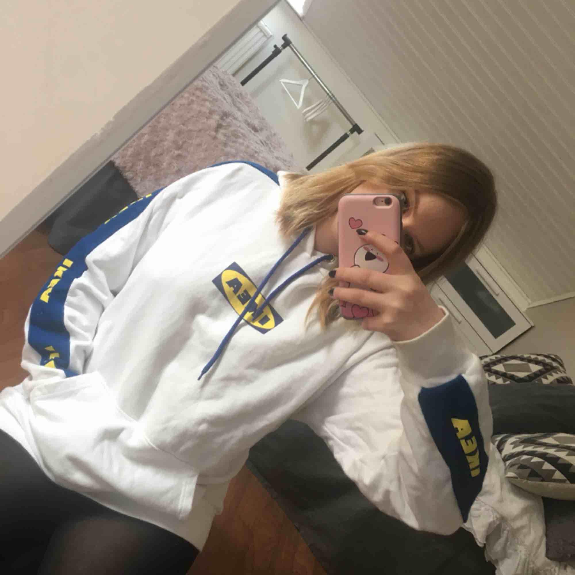 IKEA huvtröja, inköpt i en liten butik i Sydkorea. ONESIZE men skulle säga att den passar XS-M Fint sick, bara använd fåtal gånger.  Skriv gärna om ni var frågor, eller vill ha mer bilder. Huvtröjor & Träningströjor.