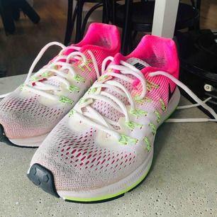 Säljer mina välanvända Nike zoom Pegasus 33. Hela och rena men har en del skavanker (se bilder). Därav billigt pris!