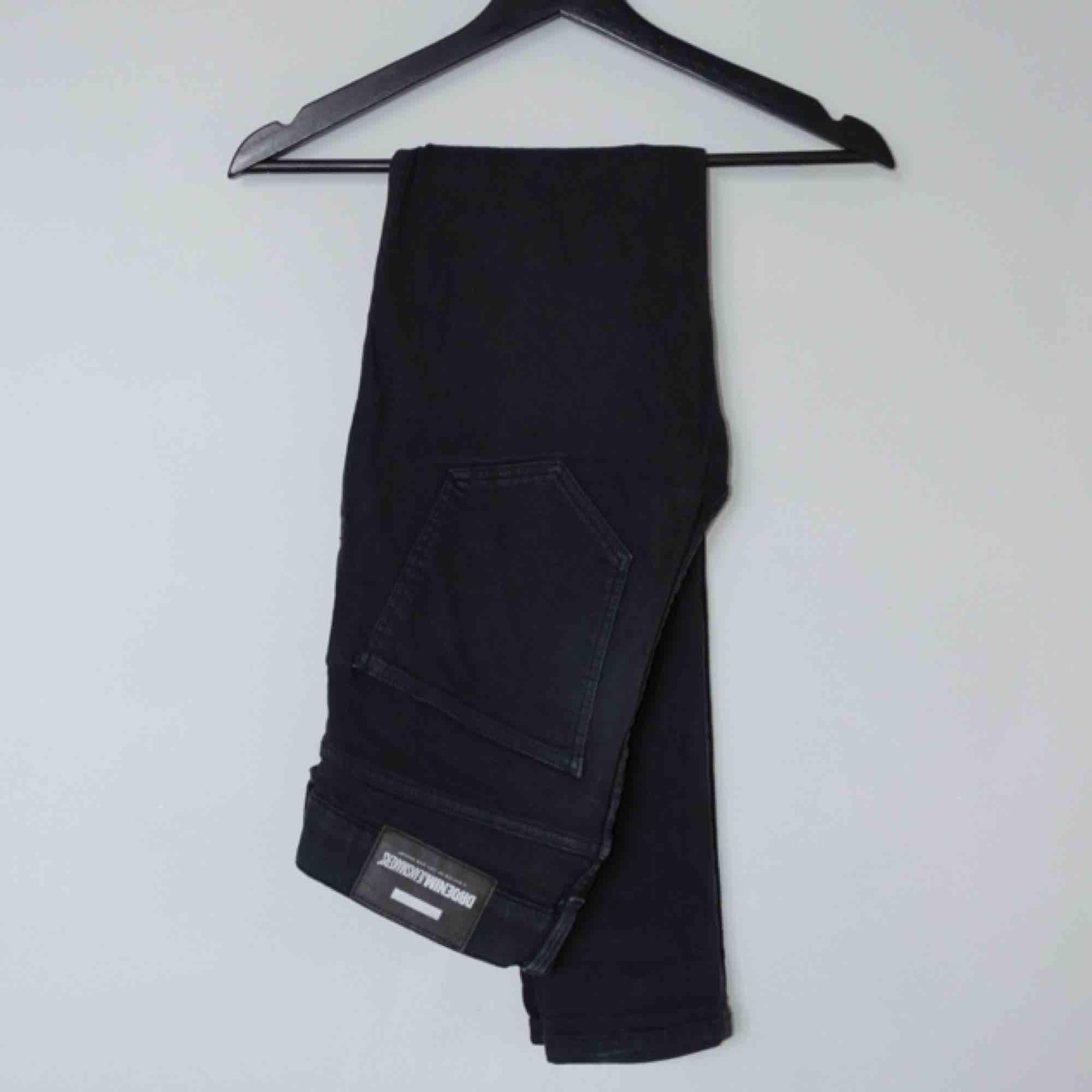 Säljer ett par svarta Dr.Denim Leroy jeans.  Size: 29W 30L Cond: 7/10 (väl använda, tappat elasticiteten delvis). Jeans & Byxor.