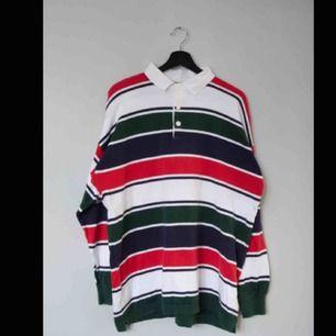 Säljer en vintage randig Benetton rugby tröja!  Size: L (saknar tag, drop shoulders) Cond: 8/10 (mycket bra vintage skick)
