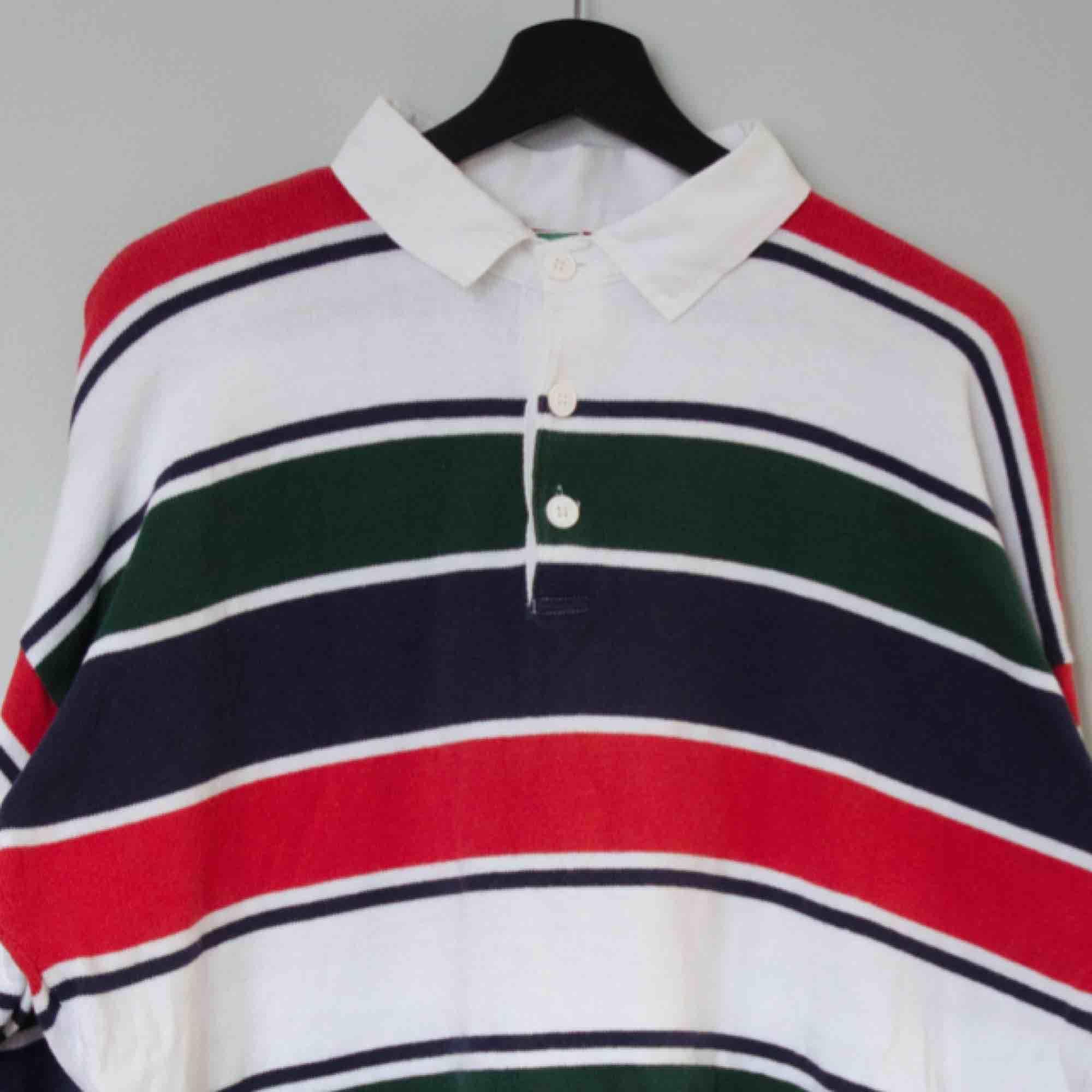 Säljer en vintage randig Benetton rugby tröja!  Size: L (saknar tag, drop shoulders) Cond: 8/10 (mycket bra vintage skick). Tröjor & Koftor.