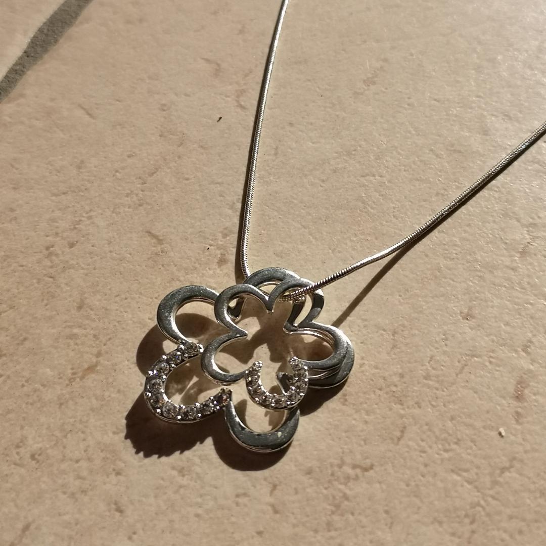 Långt silvrigt halsband med glitterstenar🌹. Accessoarer.
