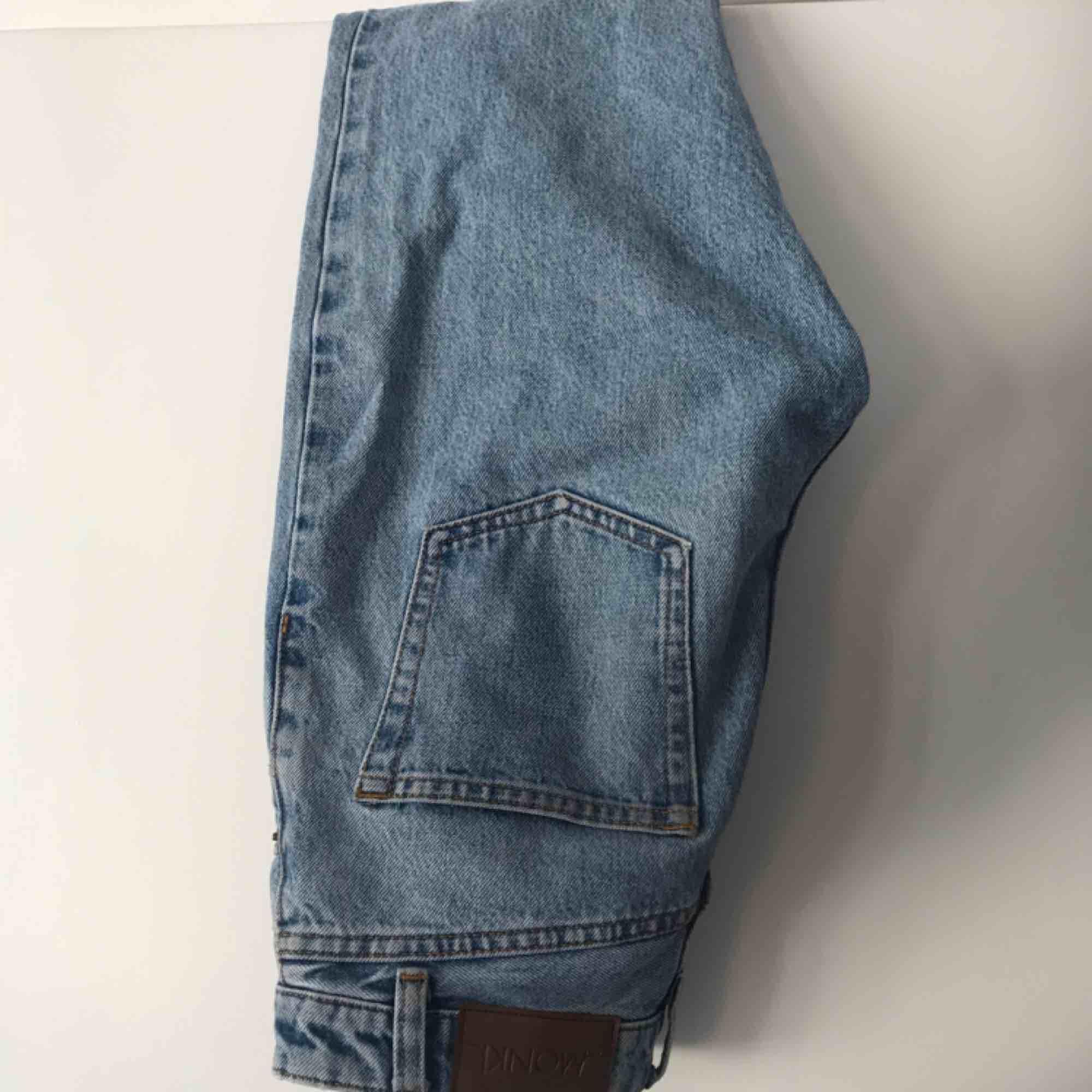 Högmidjade momjeans från monki i modellen kimomo. Använda ett par gånger men i väldigt fint skick då kvaliteten är mkt bra. Köpte då jag fick reda på att Noora i SKAM har dessa men tyvärr passar de inte. Frakt betalas av köpare, pris kan diskuteras 🤩. Jeans & Byxor.