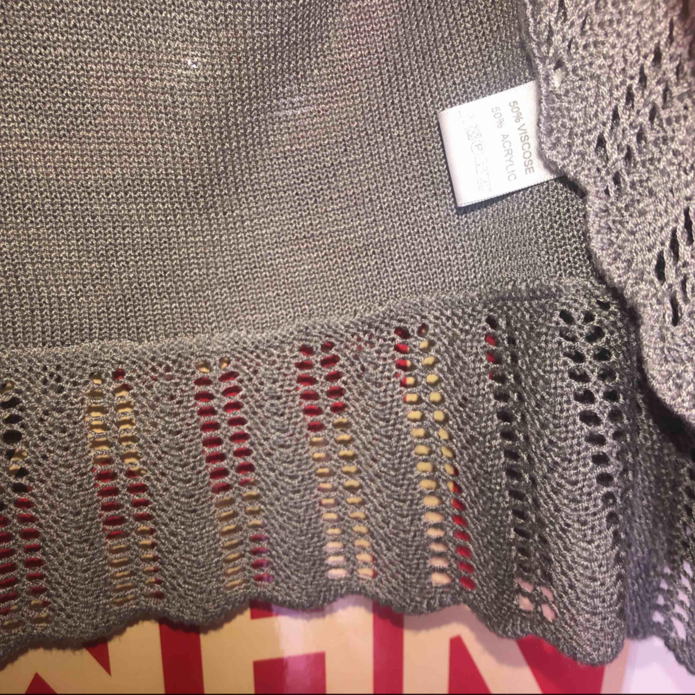 en grå, somrig och tunn stickad kofta från Indiska. . Tröjor & Koftor.