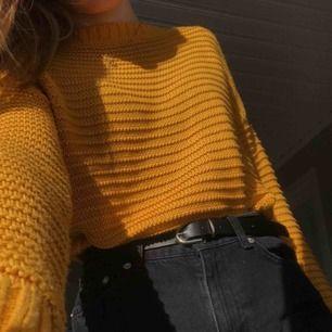 Stickad tröja i härlig senapsgul färg från H&M. Aldrig använd så i nyskick. Säljer då jag köpte fel storlek. Frakt betalas av köpare, pris kan diskuteras ⚡️