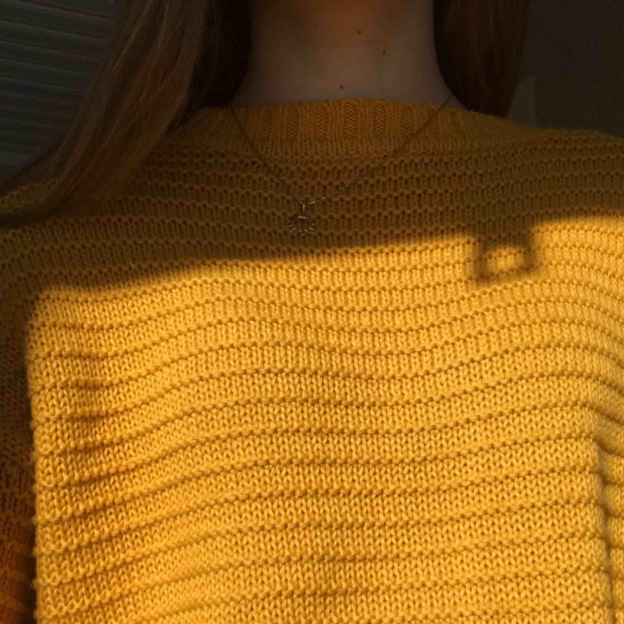 Stickad tröja i härlig senapsgul färg från H&M. Aldrig använd så i nyskick. Säljer då jag köpte fel storlek. Frakt betalas av köpare, pris kan diskuteras ⚡️. Stickat.