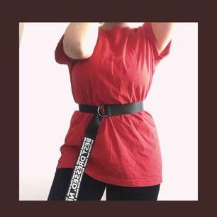 Hel röd tshirt som man kan använda på många olika sätt💖