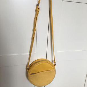 Gul handväska från H&M, nypris 149kr. Som ny, knappt använd. Möts upp i Sthlm eller skickas mot fraktkostnad.