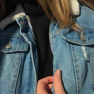 Supersnygg sherpa jeansjacka från Pimkie denim. Köptes från Asos i våras och i otroligt fint skick. Detaljer som slitningar och foder i fejkpäls. Kund betalar frakten, pris kan diskuteras 🦋