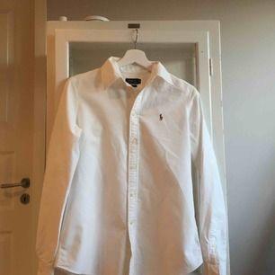 Vit Ralph Lauren skjorta, dammodell. Fint skick. Kan mötas upp i Stockholm eller frakta (köparen betalar).