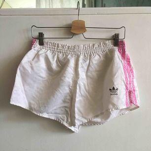 Retro Adidas shorts. Saknar medjesnöre. Storlek något oklar men skulle tro att det är en medium.