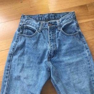 Super snygga mom-jeans från Brandy Melville. Säljer då de har blivit försmå för mig som är 166 cm. Skulle säga att de är xs och passar folk som är mellan 155-162 cm kanske? frakt tillkommer!