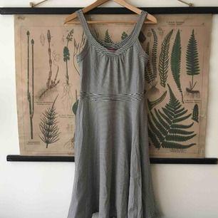 Min älsklingsklänning söker ett nytt hem pga min uppgraderade mammakropp. Mjuk bomullsjersey, en dragkedja i livet, vid kjol. Ränderna är mörkblå/svarta (väldigt mörka iaf). En fantastisk sommarklänning!