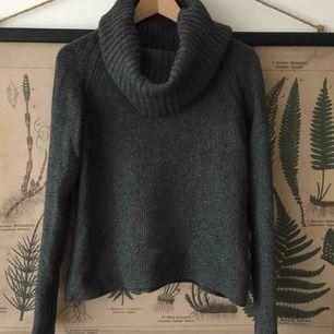 En varm och härlig mosstickad tröja från Peak Performance med raglanärm. Storlek M och passar dig som har 36/38. 70% ull, 20% angora. Köparen betalar frakten (63 kr med Skicka lätt). Var dyr i inköp.