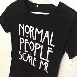 Bomulls t shirt med tryck på framsidan. Är en figurnära S, någorlunda stretchig. Är i American Horror Story stil :).