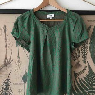 En bomullsblus från Noa Noa med grönt mönster på taupe-färgad bakgrund. En riktig favorit som söker ett nytt hem till sommaren! 🌿 Köparen står för frakten.
