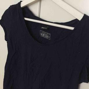 En mörkblå t shirt i S, från GinaTricot. Lite kortare ärmar i modellen men fortfarande en t shirt. Superbekväm och skön till sommaren!
