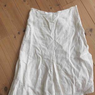 Världens finaste 3kvarts kjol i vitt linne från Zara. Möts upp i örebro! Kan även fraktas🧡