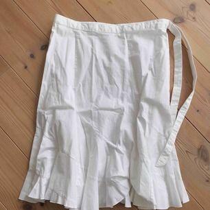 Så fin vit sommarkjol i skjortmaterial. Möts upp i Örebro. Kan även fraktas!🧡