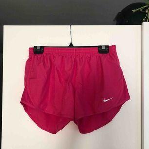 Säljer mina träningsshorts från Nike i stl s, använda ca 2ggr därav superfint skick!🖤 Buda gärna!