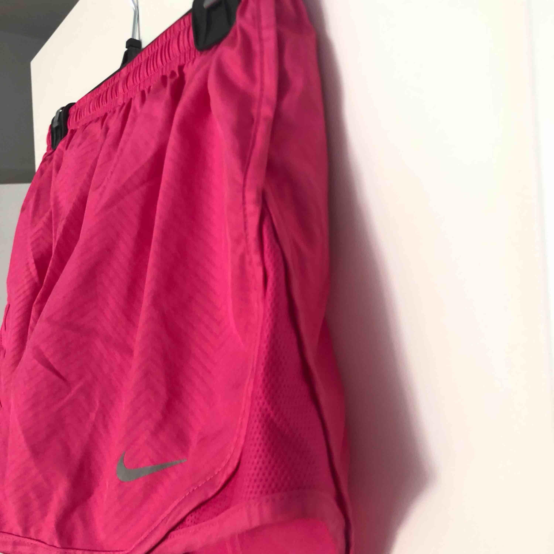 Säljer mina träningsshorts från Nike i stl s, använda ca 2ggr därav superfint skick!🖤 Buda gärna!. Shorts.