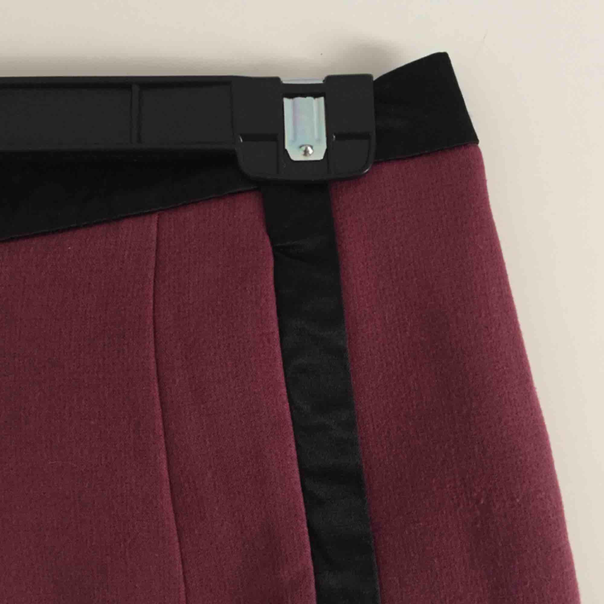 Köpta på secondhand och tror förra ägaren har sytt upp dem. Från H&M. Storlekslappen är bortklippt men gissar på att de är en 38a/M. Välanvända, därav priset. 📬 Frakt: 55 kr blå påse eller 63 kr spårbart . Shorts.