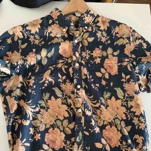 Ralph Lauren kortärmad Hawaiiskjorta.  Storlek S, passar medium.
