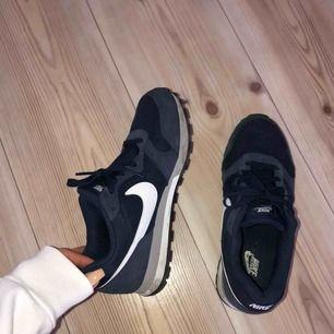 Nike sneakers i storlek 40 men passar som en 39a. Väldigt bra skick. Möts upp i Växjö eller skickas mot frakt.