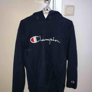 Oversize marinblå hoodie från Champion. Möts upp i Växjö eller skickas mot frakt.