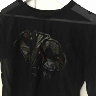 """En genomskinlig mesh t shirt med tryck på framsidan. Syns inte mycket men det står """"NYC in my heart"""" i guld text. Är antingen från Kappahl eller Lindex, lapp saknas. Storlek XS/S. Aldrig använd!"""