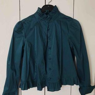 Stilren fin blus i den finaste färgen! Är i jättebra skick. Kan frakta den eller mötas upp i Örebro🧡